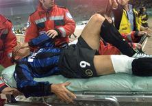 <p>Foto de arquivo do atacante Ronaldo deixando o campo de maca após sofrer grave contusão no joelho em partida da Inter de Milão, em abril de 2000. REUTERS/Paolo Cocco/Arquivo</p>
