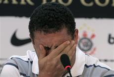 <p>Ronaldo, que confirmou sua aposentadoria, concede entrevista coletiva no centro de treinamento do Corinthians. 14/02/2010 REUTERS/Nacho Doce</p>