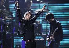 """<p>Фронтмен Radiohead Том Йорк выступает со своей группой на вручении премий """"Грэмми"""" в Лос-Анджелесе, 8 февраля 2009 года. Новый альбом Radiohead """"The King of Limbs"""" увидит свет в ближайший уик-энд и, как предыдущий диск, первоначально будет выпущен в интернет. REUTERS/Lucy Nicholson</p>"""