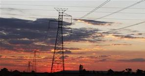 <p>Electricity pylons are seen as the sun sets in Soweto outside Johannesburg November 22, 2009. Johannesburg is one of nine South African cities hosting the 2010 FIFA Soccer World Cup. REUTERS/Siphiwe Sibeko</p>