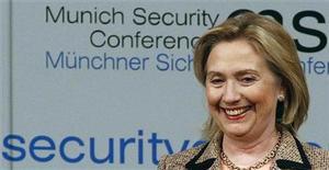<p>Foto de archivo de la secretaria de Estado estadounidense, Hillary Clinton, durante una conferencia sobre políticas de seguridad en Munich, feb 5 2011. Clinton, revelará el martes una nueva ofensiva en defensa de la libertad en Internet en el mundo, citando las protestas en Egipto e Irán como ejemplos de cómo las nuevas tecnologías pueden desencadenar cambios políticos. REUTERS/Michael Dalder</p>