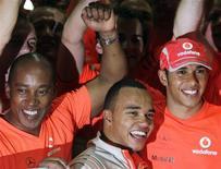 <p>Foto de arquivo de Nicolas Hamilton, irmão mais novo de Lewis Hamilton, ao lado do ex-campeão de F1 e do pai deles, Anthony, em 2008, em São Paulo. REUTERS/Bruno Domingos/Arquivo</p>