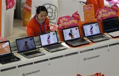 <p>Le constructeur informatique Lenovo a battu le consensus au titre de son troisième trimestre fiscal, affichant un bénéfice net en hausse de 25% à 99,6 millions de dollars (73,3 millions d'euros). Le ralentissement du marché chinois pourrait toutefois affecter sa prévision pour 2011. /Photo prise le 17 février 2011/REUTERS/Aly Song</p>