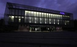 <p>Foto de archivo de la sede central de la FIFA en Zúrich, oct 20 2010. La FIFA, el organismo que rige el fútbol mundial, perdió el jueves una batalla legal contra la decisión de la Comisión Europea de permitir la cobertura televisiva gratuita de importantes acontecimientos deportivos en el Reino Unido y Bélgica. REUTERS/Christian Hartmann</p>