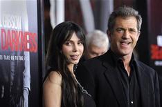"""<p>Membro do elenco, Mel Gibson e Oksana Grigorieva chegam à estréia do filme """"Edge of Darkness"""" em Los Angeles, em 26 de janeiro de 2010. REUTERS/Phil McCarten</p>"""