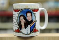 <p>Foto de archivo, un tazón de recuerdo conmemora la próxima boda del príncipe británico William y su novia Catherine Middleton, en una tienda en Londres. 17 de enero de 2011. REUTERS/Paul Hackett</p>