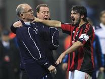 <p>Volante do Milan, Gennaro Gattuso, discute com o assistente técnico do Tottenham Hotspur em partida da Liga dos Campeões. 15/02/2011 REUTERS/Stefano Rellandini</p>