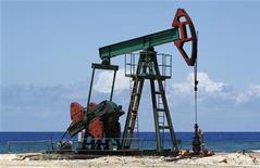 <p>Станок-качалка недалеко от Гаваны 24 мая 2010 года. Цены на нефть Brent и WTI повысились до пика 2,5 лет на фоне народного восстания в Ливии. REUTERS/Desmond Boylan</p>