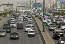 """<p>Imagen de archivo del tráfico en una carretera de Riad. feb 21 2011. Cientos de personas han apoyado una campaña en Facebook que convoca a un """"día de la ira"""" en Arabia Saudita el mes próximo para pedir un gobernante elegido en las urnas, más libertad para las mujeres y la excarcelación de los prisioneros políticos.REUTERS/Fahad Shadeed/Archivo</p>"""