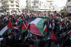 <p>Palestinos durante una marcha en Ramallah contra el veto estadounidense a una resolución de la ONU sobre los asentamientos israelíes, feb 24 2011. El primer ministro israelí, Salam FayYad, está invitando a los palestinos a ayudarle a escoger al nuevo gabinete a través de su página en Facebook. REUTERS/Mohamad Torokman</p>