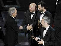 """<p>Steven Spielberg entrega o Oscar de melhor filme aos produtores de """"O Discurso do Rei"""" Emile Sherman, Gareth Unwin e Iain Canning em Hollywood. 27/02/2011 REUTERS/Gary Hershorn</p>"""
