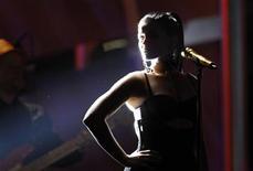 <p>Нелли Фуртадо выступает в Лас-Вегасе 11 ноября 2010 года. Канадская певица Нелли Фуртадо в понедельник сообщила о своем намерении пожертвовать $1 миллион, полученный за выступление перед ливийским лидером Муаммаром Каддафи в Италии. REUTERS/Mario Anzuoni</p>