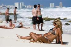<p>Tourists rest at Cancun beach in the Mexican state of Quintana Roo in this February 26, 2009 file photo. REUTERS/Stringer</p>