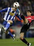 <p>Ernesto Galan (à esq.), do Espanyol, lulta pela bola contra Chori Castro, do Mallorca, durante partida no estádio Cornella-El Prat, perto de Barcelona. 01/03/2011 REUTERS/Albert Gea</p>