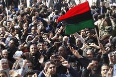 """<p>Сторонники оппозиции в городе Эз-Завия в Ливии 27 февраля 2011 года. Верные ливийскому лидеру Муаммару Каддафи войска атаковали важный порт в восточной части страны, заставив оппозицию заявить, что """"последним гвоздем в крышку гроба"""" Каддафи может стать иностранное вмешательство в кровопролитный конфликт. REUTERS/Ahmed Jadallah</p>"""