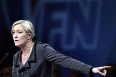 <p>Marine Le Pen arriverait en tête au premier tour de l'élection présidentielle française en 2012, devant Nicolas Sarkozy et la socialiste Martine Aubry, selon un sondage Harris Interactive pour Le Parisien Dimanche. Selon cette enquête, la présidente du Front national recueillerait 23% des voix, contre 21% pour le président sortant, à égalité avec le premier secrétaire du Parti socialiste, Martine Aubry. /Photo prise le 16 janvier 2011/REUTERS/Stéphane Mahé</p>