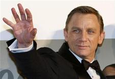"<p>British actor Daniel Craig waves to Japanese fans as he arrives at the Japanese premiere for his latest James Bond movie ""Quantum of Solace"" in Tokyo November 25, 2008. REUTERS/Issei Kato</p>"