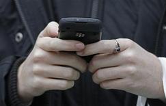 """<p>Les opérateurs télécoms français proposeront dans les six prochains mois une offre de téléphonie mobile """"sociale"""" à 10 euros par mois permettant d'appeler pendant 40 minutes, a annoncé lundi le ministère de l'Industrie. Cette offre devrait être au minimum accessible aux bénéficiaires du RSA. /Photo prise le 23 janvier 2011/REUTERS/Luke MacGregor</p>"""