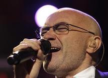 <p>Foto de archivo del cantante, baterista y actor británico Phil Collins, durante una presentación en el Festival de Jazz de Montreauz, Suiza, jul 1 2010. Collins, quien tuvo éxito interacional tanto como artista solista como con la banda Genesis, anunció su retiro en su página de internet. REUTERS/Denis Balibouse</p>