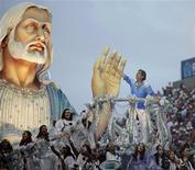 <p>Roberto Carlos desfila no alto de um dos carros alegóricos da Beija-Flor na Marquês de Sapucaí. A escola de Nilópolis conqusitou o título do Carnaval 2011 com um enredo sobre o cantor. REUTERS/Ricardo Moraes</p>