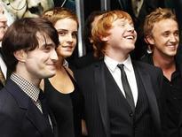"""<p>Foto de archivo del elenco del filme """"Harry Potter y las Reliquias de la Muerte: Parte 1"""" durante su estreno en Nueva York, nov 15 2010. """"Harry Potter y las Reliquias de la Muerte: Parte 1"""", la última entrega de la saga sobre el joven mago, se ha convertido en la película de la serie con mayor recaudación total en el mundo. REUTERS/Shannon Stapleton</p>"""