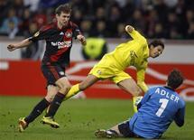 <p>Nilmar (centro), do Villarreal, marca gol contra o Bayer Leverkusen durante partida da Liga Europa em Leverkusen, Alemanha. 10/03/2011 REUTERS/Ina Fassbender</p>