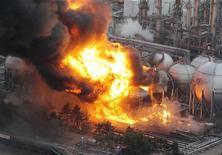 <p>خزانات غاز طبيعي تشتعل في منطقة تشيبا بالقرب من طوكيو بعد وقوع زلزال يوم الجمعة - صورة لرويترز تستخدم في اغراض التحرير فقط</p>