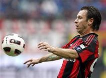 <p>Antonio Cassano, do Milan, domina a bola durante partida contra o Bari pelo campeonato italiano no estádio de San Siro, em Milão. 13/03/2011 REUTERS/Alessandro Garofalo</p>