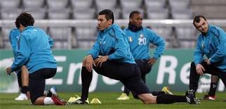 <p>Lúcio (centro), do Inter de Milão, participa do aquecimento do time durante treinamento em Munique. O Inter enfrentará o Bayern de Munique em partida da Liga dos Campeões, na terça-feira. 14/03/2011 REUTERS/Michaela Rehle</p>