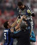 <p>Júlio Cesar, goleiro do Inter de Milão, comemora com equipe. O time venceu o Bayern de Munique por 3 x 2, avançando para as quartas de final da Liga dos Campeões. 15/03/2011 REUTERS/Michael Dalder</p>