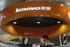 <p>Imagen de archivo de un vendedor en una tienda de Lenovo en Shanghai. feb 17 2011. El grupo Lenovo, la cuarta marca mundial de computadoras personales, está preocupado por el impacto que el terremoto de Japón pueda tener en el suministro de componentes en el próximo trimestre, dijo el jueves su presidente ejecutivo, Yang Yuanqing. REUTERS/Aly Song/Archivo</p>
