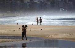 <p>A couple embrace at Leblon Beach in Rio de Janeiro March 16, 2011. REUTERS/Ricardo Moraes</p>