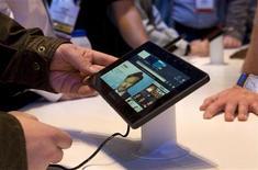 <p>Imagen de archivo del Blackberry PlayBook durante una exhibición en Las Vegas. ene 7 2011. El largamente esperado Tablet PC de Research In Motion, el BlackBerry PlayBook, saldrá a la venta en Estados Unidos y Canadá el 19 de abril, a un precio base de 499 dólares. REUTERS/Steve Marcus/Archivo</p>