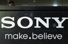 <p>Foto de archivo del logo de la firma Sony en la casa matriz de la firma en Tokio, nov 25 2010. Sony Corp redujo la producción en cinco plantas más y Toyota Motor postergó la reanudación de actividades en sus líneas de ensamblaje, mientras empieza a sentirse el impacto total del catastrófico terremoto de Japón en el abastecimiento de partes y productos. REUTERS/Toru Hanai</p>