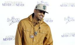 """<p>Foto de archivo del cantante Chris Brown a su llegada al estreno del documental """"Justin Bieber: Never Say Never"""" en el teatro Nokia de Los Angeles, feb 8 2011. Brown abandonó el martes un estudio de televisión, dejando la ventana de su camerino hecha pedazos después de que se le preguntara por su ataque en 2009 a la cantante Rihanna. REUTERS/Mario Anzuoni</p>"""