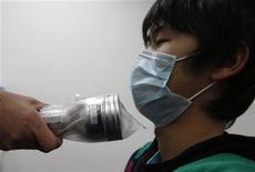"""<p>Медицинский работник проверяет уровень возможного облучения у молодого человека в городе Йонедзава, 25 марта 2011 года. Опасения по поводу распространения радиации за пределы аварийной японской АЭС """"Фукусима-1"""" продолжают усиливаться по всему миру - в пятницу Китай госпитализировал двух японцев с повышенным уровнем радиации. REUTERS/Issei Kato</p>"""