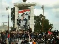 <p>Демонстранты срывают плакат с изображением президента Башара аль-Ассада в Дере 25 марта 2011 года. Сирийский президент Башар аль-Ассад принял во вторник отставку правительства, сообщило местное гостелевидение. REUTERS/Amateur Video via Reuters TV</p>