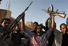 <p>Солдаты армии Муаммара Каддафи выкрикивают лозунги в пригороде Триполи, 29 марта 2011 года. Хорошо вооруженные и организованные силы Муаммара Каддафи остановили во вторник быстрое продвижение повстанцев на запад, в то время как мировые державы обсуждали в Лондоне способы усилить давление на ливийского лидера. REUTERS/Zohra Bensemra</p>