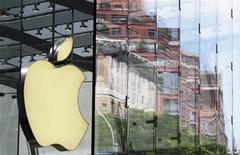 <p>Foto de archivo del logo de la firma Apple en una de sus tiendas de Nueva York, jul 19 2010. Las acciones de Apple Inc podrían subir más pese a haber avanzado un 51 por ciento en el último año dado que las ventas de computadores Mac, iPads y iPhones tienen mucho margen de crecimiento, dijo la correduría Sterne Agee. REUTERS/Lucas Jackson</p>