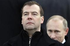 <p>Президент РФ Дмитрий Медведев (на первом плане) около Могилы Неизвестного солдата в Москве, 23 февраля 2011 года. Демократические страны обычно оставляют за избирателями решение, кому править. Россия предпочитает браться за этот вопрос заблаговременно - еще до того, как состоятся выборы. REUTERS/Ivan Sekretarev/Pool</p>
