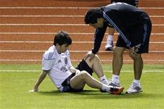 <p>Membro do staff checa o estado de Lionel Messi, da Argentina durante treino, em San Jose. O jogador se submeteu a exames nesta quinta-feira, que mostraram que a suspeita de uma lesão foi só um susto. 28/03/2011 REUTERS/Juan Carlos Ulate</p>