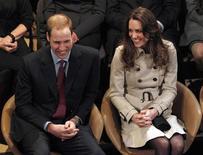 <p>O príncipe britânico William e sua noiva, Kate Middleton, assistem a peça de teatro na Irlanda, em 8 de março de 2011. O irmão de William, o príncipe Harry, afirmou ter achado que o casamento nunca aconteceria. 08/03/2011 REUTERS/Phil Noble</p>