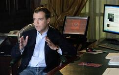 """<p>Президент РФ Дмитрий Медведев записывает свое первое видео обращение для ЖЖ, 22 апреля 2009 года. Коммунисты собираются пожаловаться президенту России и защитнику свободы в интернете Дмитрию Медведеву на регулярные атаки хакеров на """"Живой Журнал"""", выводящие из употребления самую популярную в Рунете площадку политических дискуссий. REUTERS/RIA Novosti/Pool</p>"""