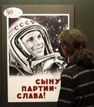 <p>Un visitante observa una muestra al interior del Museo de Arte Moderno de Krasnoyarsk, Rusia, abr 12 2011. Rusia celebró el martes con orgullo el 50 aniversario del lanzamiento del cosmonauta soviético Yuri Gagarin, el primer hombre en viajar al espacio. REUTERS/Ilya Naymushin</p>