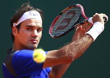 <p>O suíço Roger Federer rebate bola em partida contra o alemão Kohlschreiber no Masters de Monte Carlo. 12/04/2011 REUTERS/Eric Gaillard</p>