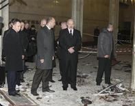 <p>Президент Белоруссии Александр Лукашенко на месте взрыва в минском метро 11 апреля 2011 года. Президент Белоруссии Александр Лукашенко объявил в среду о раскрытии взрыва в минском метро, унесшего 12 жизней три дня назад, и потребовал допросить оппозиционных политиков, невзирая на возражения Запада. REUTERS/BelTA/Handout/Andrei Stasevich</p>