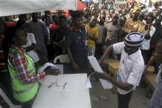 <p>People watch as electoral officers count the ballots after voting ended at a polling centre in Nigeria's commercial capital Lagos April 16, 2011. REUTERS/Akintunde Akinleye</p>