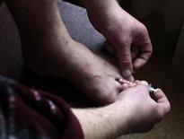 <p>Мужчина вкалывает себе героин в Твери 3 октября 2010 года. Кремль в понедельник задался вопросом о возвращении к отмененному с распадом СССР институту принудительного лечения наркоманов. Правозащитники предупредили, что такой шаг потребует реформ в здравоохранении и пенитенциарной системе. REUTERS/Diana Markosian</p>