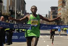 <p>O queniano Geoffrey Mutai cruza a linha de chegada da Maratona de Boston de 2011. Ele concluiu o percurso da maratona no menor tempo já registrado, de 2h03min02s. 18/04/2011 REUTERS/Brian Snyder</p>