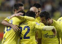 <p>Jogadores do Villarreal comemoram o gol de Giuseppe Rossi contra o Zaragoza durante partida pela primeira divisão do campeonato espanhol, em Villarreal. 18/04/2011 REUTERS/Heino Kalis</p>